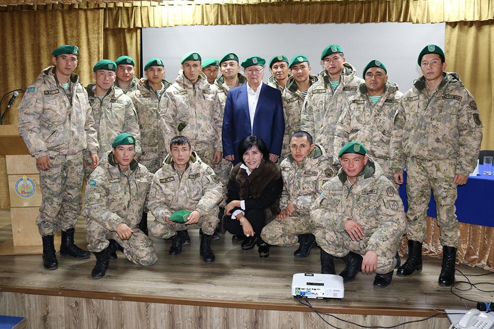 Photo of МҰРАТ ӘУЕЗОВ ШЕКАРАШЫЛАР АРАСЫНДА