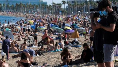 Photo of Коронавирус: столпотворение на пляжах Барселоны и повышение зарплат ключевым работникам в Британии